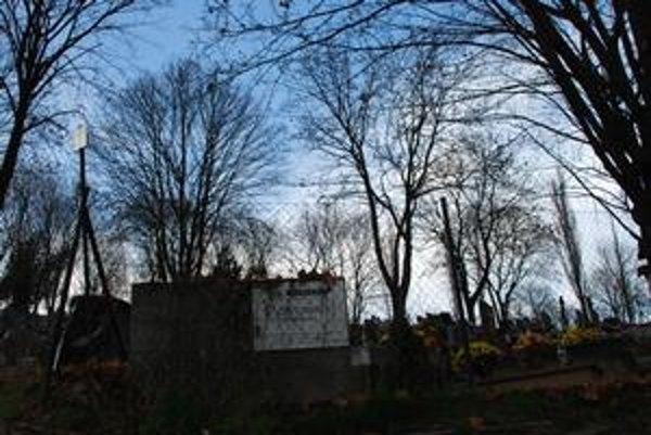 Dúbravský cintorín zatiaľ spravuje mestské pohrebníctvo Marianum.
