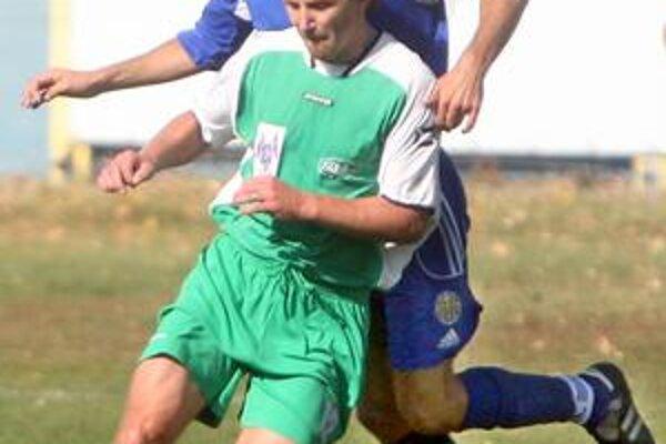 Hráči PŠC Pezinok (v zelených dresoch) v dohrávke 22. kola III. futbalovej ligy zdolali vysoko Dunajskú Lužnú 5:0.