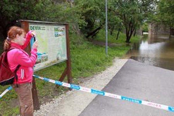Pod hradom Devín sa už voda nedrží v koryte. V najbližších dvoch dňoch vodohospodári očakávajú stúpanie hladiny Dunaja a na dolnom a strednom toku rieky Morava.