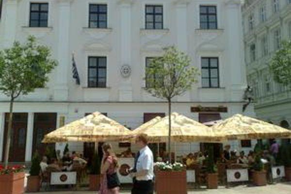Budovy na Hlavnom námestí podľa poslanca Štefana Holčíka (nez.) nie sú lukratívne – sú len starožitné. V jednej z budov je v nájme cukráreň viedenského typu, v druhej zlatníctvo. V oboch sú aj ambasády.