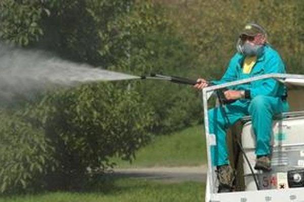 Ohniská výskytu komárov sú na okraji lesov a v okolí vodných plôch. Podľa odborníkov je najlepšie kombinovať lokálne pozemné postreky a plošné letecké.