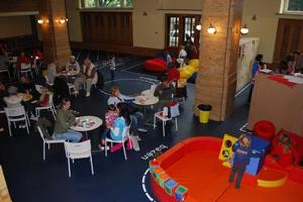 Priestor pre deti do štyroch rokov  (vpravo) je vybavený množstvom herných systémov. Rodičia si môžu posedieť v cukrárni.