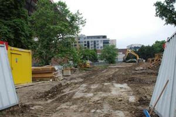 V piatok na pozemku niekdajšieho parčíka Belopotockého stavebník intenzívne pracoval.