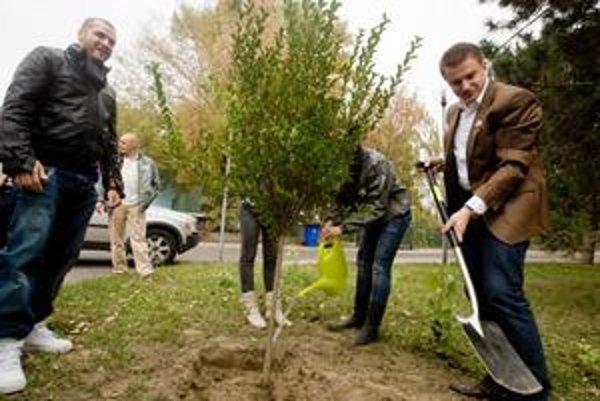 Pred župnými voľbami sadil Zahradnik stromy v sprievode rapera Rytmusa, vznikol aj predvolebný song – OK brácho, buď v pohode.