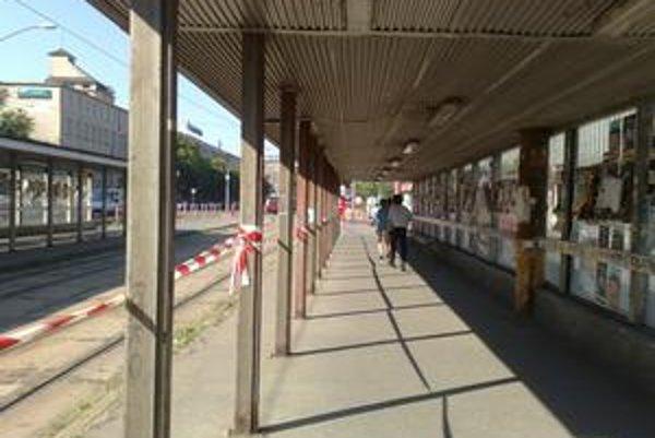 Zastávky električiek na Trnavskom mýte boli ráno vyľudnené.