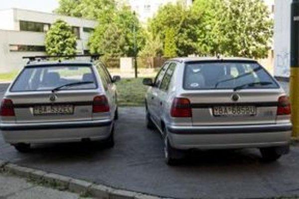 Nedostatok parkovacích miest núti majiteľov áut parkovať na chodníkoch či tráve. To sa niektorým obyvateľom nepáči.