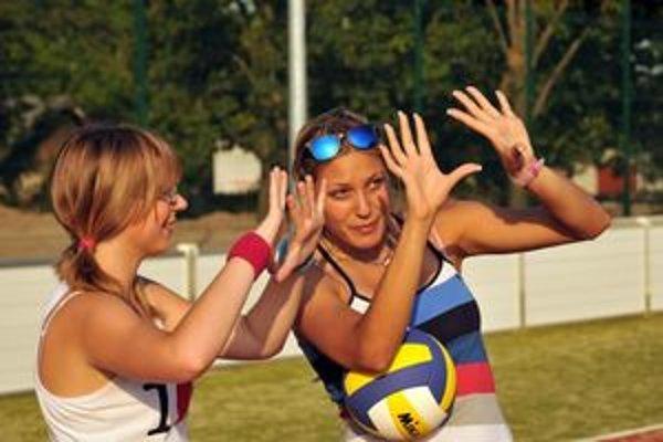 Volejbalové leto vo Svätom Jure. Staršie deti sa už oboznamujú s volejbalovými prvkami.