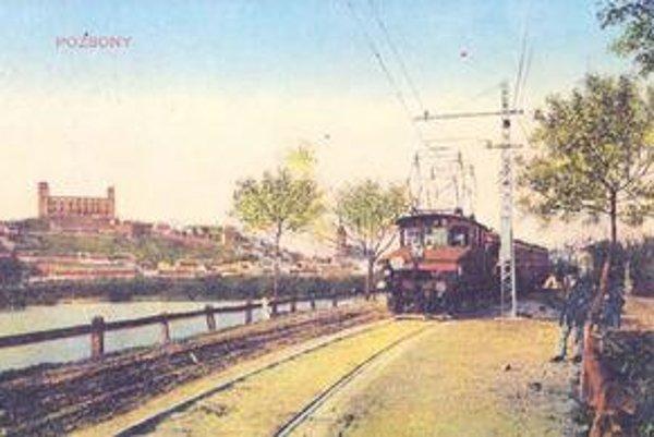Legendárna električka (vlak) na trase Bratislava - Viedeň na petržalskej strane. V pozadí je ešte nezrekonštruovaný Bratislavský hrad. Na pravej strane je vlak niekde v miestach, kde stál veslársky klub.