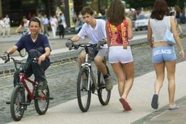 V centrách miest chýbajú cyklotrasy. Ulice nie sú dostatočne široké, aby ich mohli mestá vybudovať.