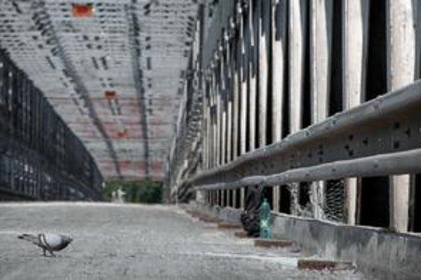 Starý most je uzavretý, pre jeho havarijný stav už z neho Metro odstránilo asfalt aj vahadlo, čím ho odľahčili.