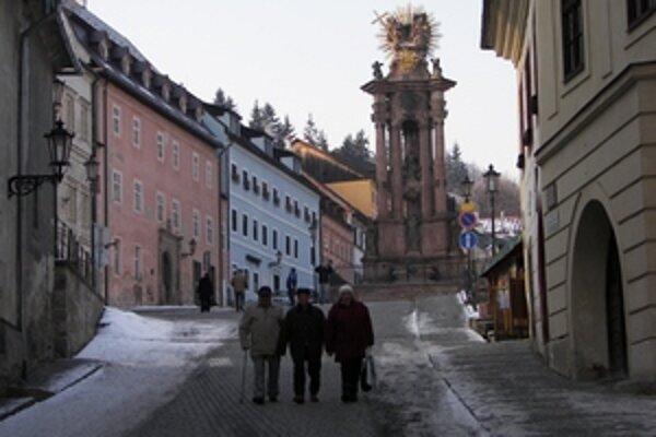 Historické centrum Banskej Štiavnice. V zime sa v tejto lokalite pohybuje oveľa menej ľudí ako v letných mesiacoch.
