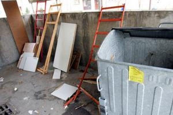 Veľkorozmerný odpad budú z Petržalky odvážať po celú jeseň.
