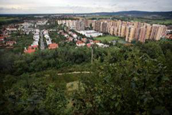 Devínska Nová Ves je sídlisko v prírode. Bratislavčania sa tam sťahujú pre pokoj. Sídlisko má probémy s mäkkými drogami, podobne ako ostatné mestské časti, žiadna väčšia kriminalita tu však nebola.