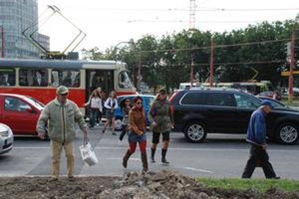 Prvý deň premávky po obnovenej električkovej trati sprevádzali výpadky v doprave. Električky v rannej špičke vysadzovali ľudí na križovatke, spoje meškali.