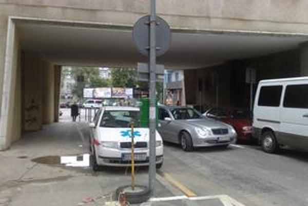 Parkovanie v okolí polikliniky je problematické. Podľa vedenia zariadenia sa situácia zhoršila.