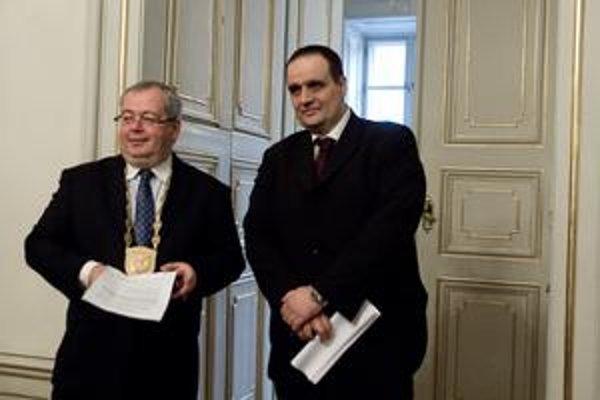 Bývalý župan Bajan (vľavo) obvinenia o predražených zákazkách odmieta. Súčasné vedenie za Pavla Freša (vpravo) zaviedlo balík opatrení, aby fungovala verejná kontrola.