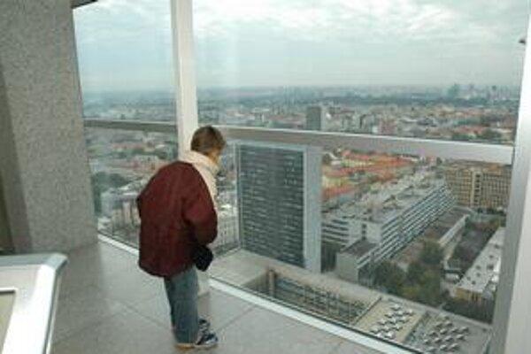 Výhľad na Bratislavu z 30. poschodia Národnej banky.