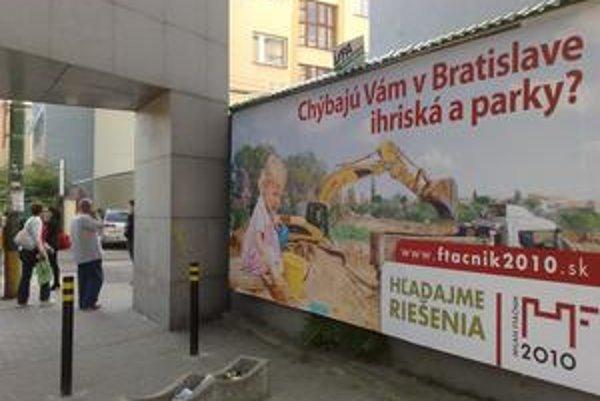 Vďaka tomu, že kandidát na primátora Milan Ftáčnik (nez. s podporou Smeru) začal s kampaňou už pred prázdninami, mohol si vraj zarezervovať najlepšie reklamné plochy v meste.