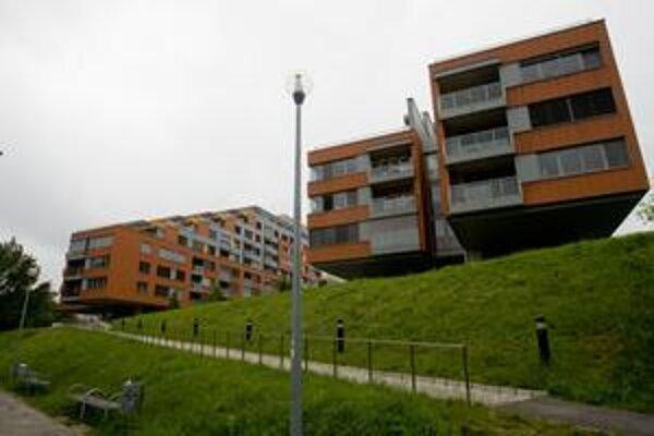 Developer J&T Real Estate má v Karloveskej zátoke postaviť tretí objekt – Karloveské rameno III. Oficiálne má ísť o ubytovacie zariadenie pre šport, telovýchovu a voľný čas. V objekte však budú apartmány na prechodné a byty na trvalé bývanie.