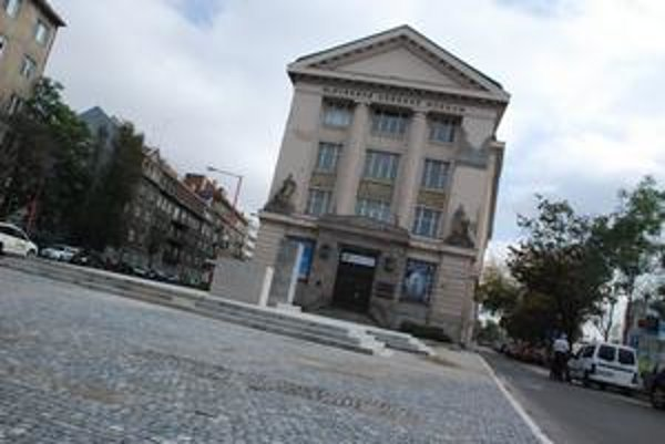 Pred  múzeom už stojí nový pylón. Počas októbra na ňom pribudne socha Masaryka. Na podstavci pred pylónom bude nápis k Pamätníku československej štátnosti.