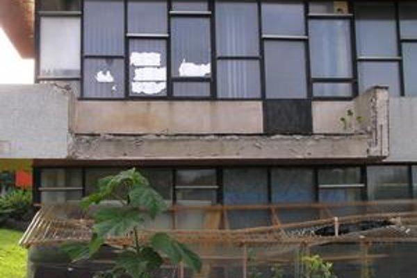 Náhly výkyv počasia bol zrejme posledným impulzom pádu poškodeného balkóna. Pri havárii sa našťastie nikomu nič nestalo.