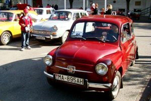 Veteránisti z Veteran Car Clubu v Pezinku vystavili svoje historické vozidlá na Radničnom námestí v Pezinku, ktoré bolo štartovacím aj cieľovým miestom.