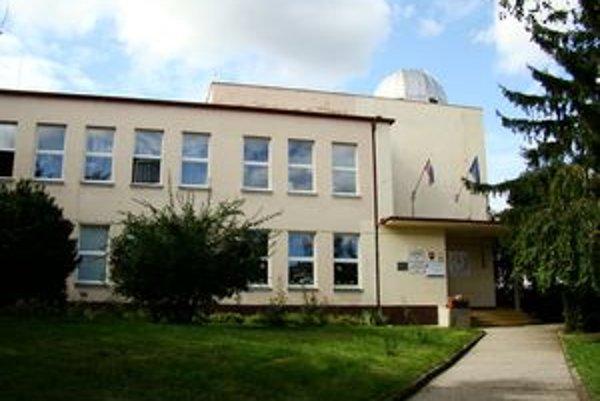 Základné školy v Senci a Pezinku sa tešia veľkému záujmu žiakov o ponúkené krúžky. Na fotke je Základná škola Alberta Molnára Szencziho v Senci.