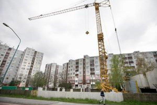 Problém na Betliarskej vznikol v roku 1996, keď vtedajší starosta Vladimír Bajan prenajal parkovisko s 88 parkovacími miestami investorovi. Pôvodne tam malo vyrásť obchodné centrum a garáže, stavebník však projekt niekoľkokrát zmenil. Desať rokov sa na st