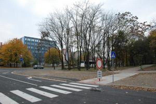 Ružinovské sídlisko Trávniky malo doteraz len jeden výjazd. Stavebné práce na spojení Gagarinovej a Ďatelinovej už skončili. V piatok prebehla kolaudácia, v utorok sa však cez prepojenie ešte nejazdilo.