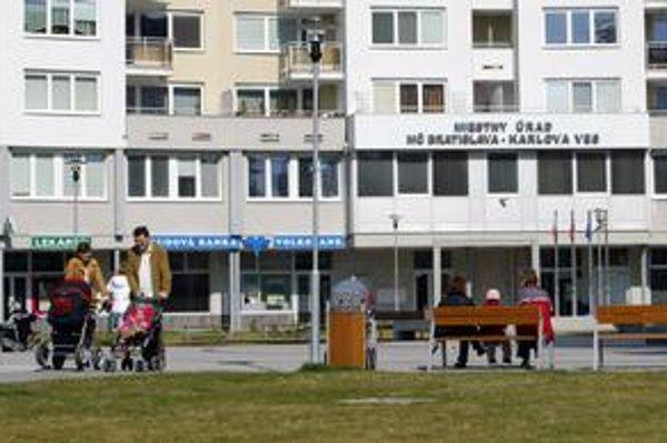 Karloveský úrad prideľuje byty bez kritérií.