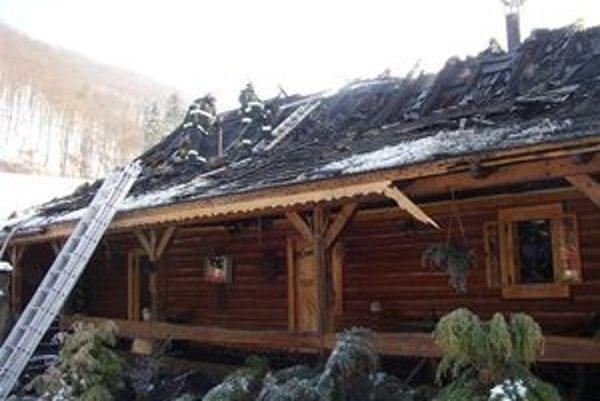 Hasiči v akcii. Oheň na streche zlikvidovali, vnútornú časť sa podarilo zachrániť.