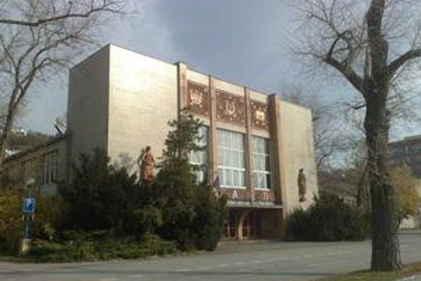 Slávnostne ho otvorili v roku 1955 v podvečer Sviatku práce. Pôvodne to boli administratívne budovy pre Dunajské veľtrhy, postavené v rokoch 1943 až 1948. Projekt architektonickej trojice – Pavol Andrik, Kamil A. Gross, Ján Štefanec – sa postupne premenil