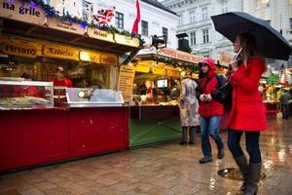 Prvý deň vianočných trhov poznačilo daždivé počasie.