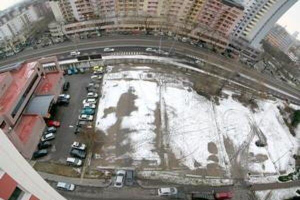Konanie o stavbe na súčasnom parkovisku je prerušené. Obyvatelia ho chcú zachovať.