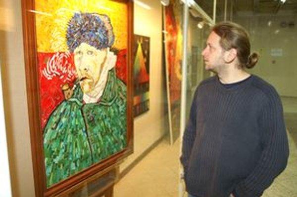 Braňo Manák pred jedným zo svojich diel, ktoré vzniklo zrecyklovaním detskej zbierky.