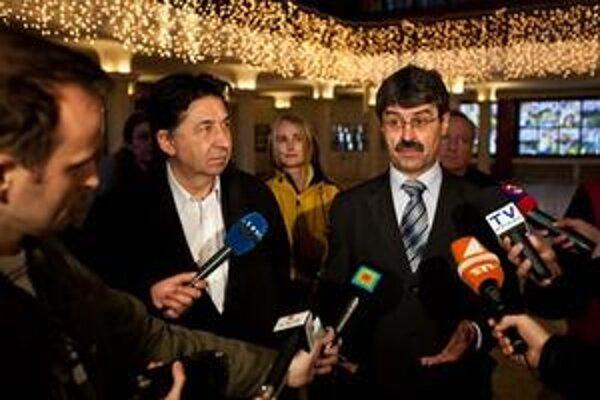 Občiansky aktivista Ján Budaj a novozvolený primátor Bratislavy Milan Ftáčnik na brífingu v priestoroch PKO, kde sa stretli s aktivistami, ktorí bojujú za záchranu PKO.