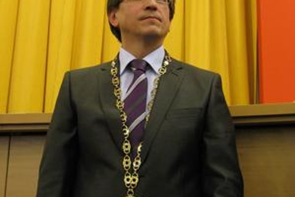 Poslanci tvrdia, že Pekárov plat je adekvátny finančnej situácii mestskej časti.