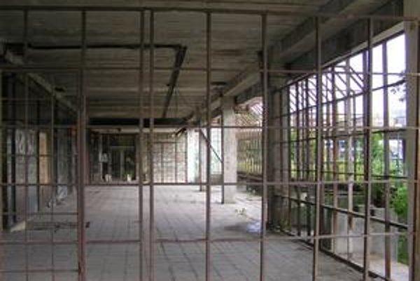 Chátrajúca budova Kotvy  v Karlovej Vsi. Mesto  zdevastovaný priestor prenajalo na 30 rokov neziskovej organizácii Lepší svet.