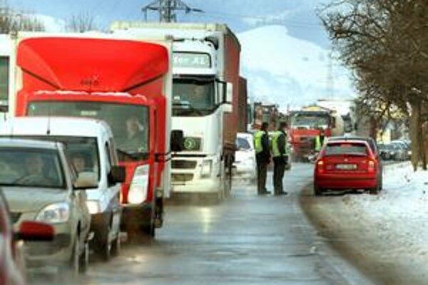 Kamióny si často krátia cestu cez komunikácie, kadiaľ by nemali jazdiť.
