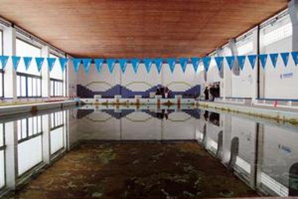 Bazén na odbornej škole Na Pántoch v Rači. Nepoužíva sa už päť rokov. Kraj by ho chcel opraviť a sprístupniť verejnosti.