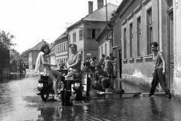 Na snímke je veľká povodeň, ktorá Petržalku postihla v roku 1965.