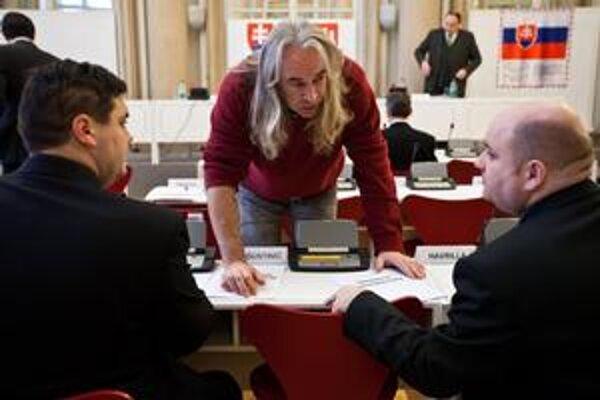Mestskí poslanci hlasujú cez elektronické zariadenia, nemajú však počítače. Podklady dostávajú na papieri.