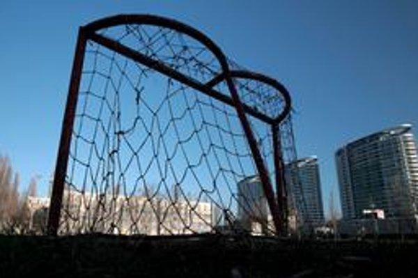 Ihrisko pri športovej základnej škole neďaleko zimného štadióna prikryje stan.