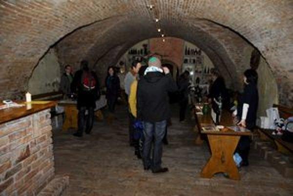 Pred Mestskou vinotékou čakal mladý pár už pred oficiálnym začiatkom Pezinských vínnych pivníc 2011.