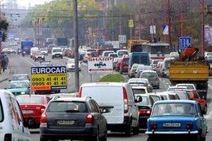 Zápchy spomaľujú dopravu v meste.