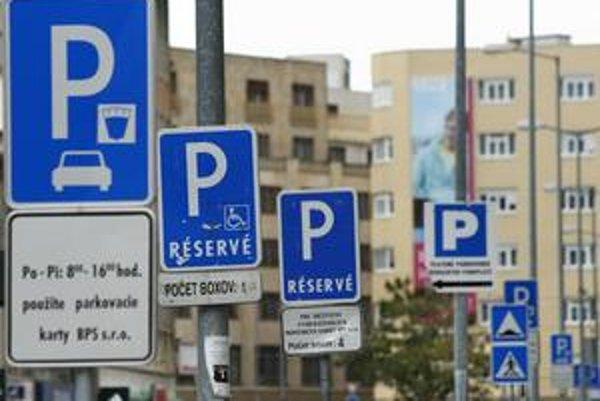Rezidenčné parkovanie v centre mesta sa plánue samospráva Starého Mesta modifikovať tak, aby na miestach rezidentov mohli stáť aj iní. Čaká na zmenu zákona.