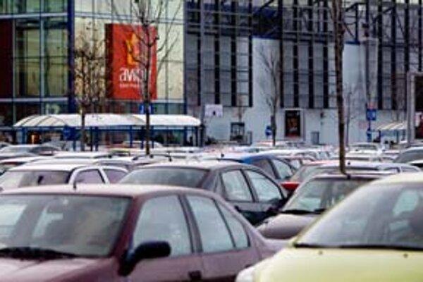 Rozľahlé parkoviská medzi budovami Avion Shopping Park a Ikea sa zdali plné už o tretej poobede. Takmer obsadené boli aj miesta v podzemnej garáži. Po piatej sa parkovalo už aj na cestách medzi jednotlivými časťami parkoviska.