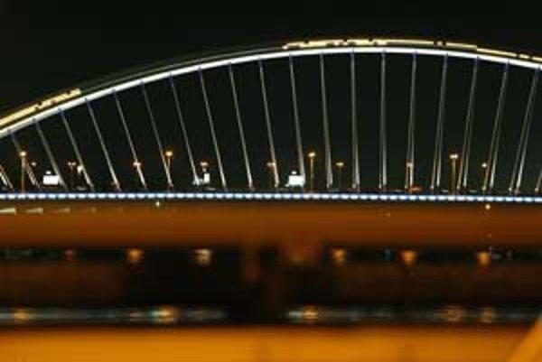 Návrh rozpočtu mesta na budúci rok ráta aj s novým osvetlením oblúku Mosta Apollo. Jeho časti prestali fungovať postupne, niektoré už pár mesiacov po slávnostnom otvorení mosta v septembri 2005.