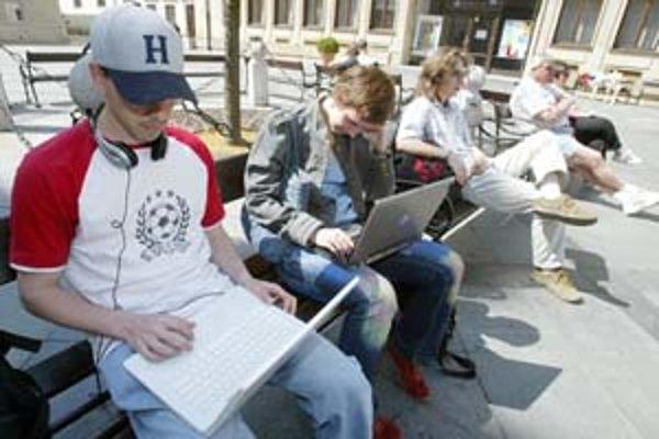 Najznámejším miestom v centre, kde sa dá zadarmo pripojiť na internet, je Primaciálne námestie.