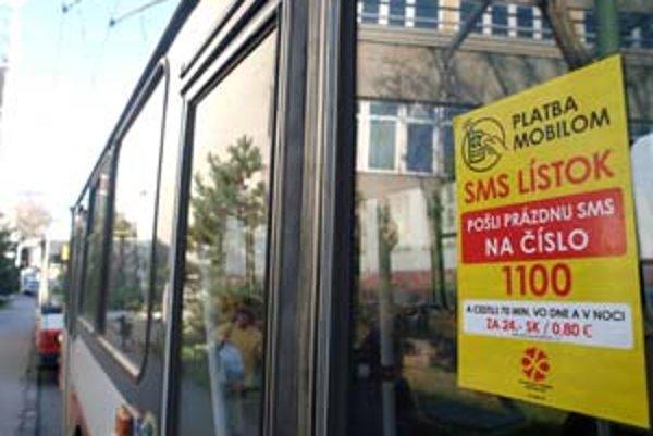 Klasický papierový lístok stojí 22 korún (0,73 eura) a platí 60 minút, sms lístok platí 70 minút a stojí 24 korún (80 centov).